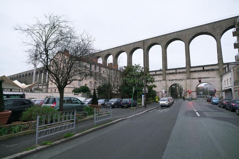 Aqueduto em Arcueil-Cachan, Paris, na manhã foto de stock