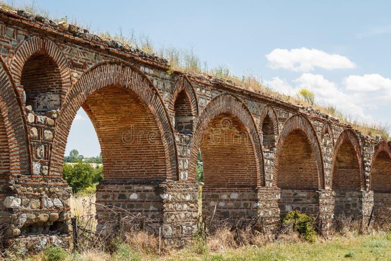 Aqueduto romano antigo perto de Skopje fotografia de stock