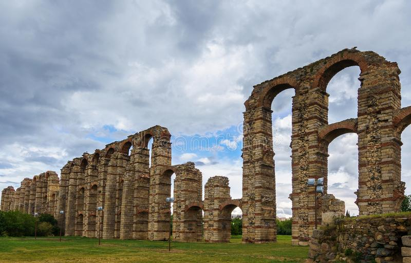 Aqueduto romano famoso de los Milagros em Merida, Espanha foto de stock