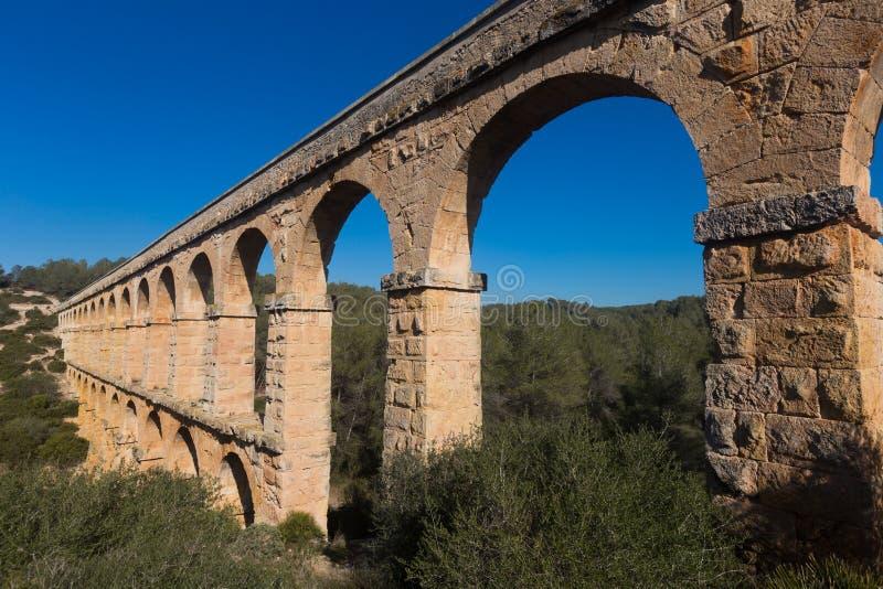 Aqueduto romano na cidade de Taragona no verão fotos de stock