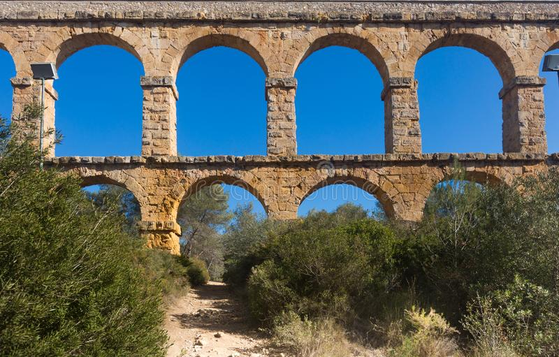 Aqueduto romano na cidade de Taragona no verão fotografia de stock royalty free