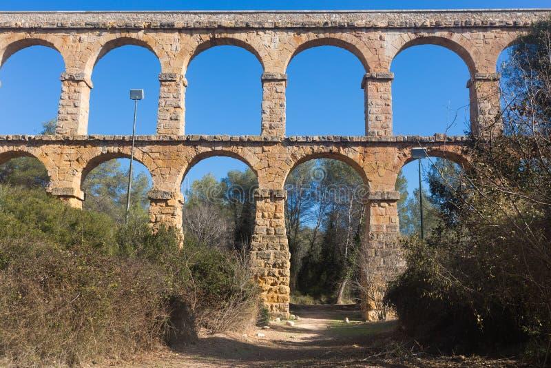 Aqueduto romano na cidade de Taragona no verão fotos de stock royalty free