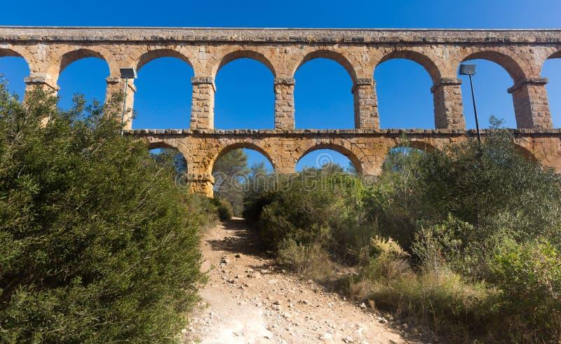 Aqueduto romano na cidade de Taragona no verão imagens de stock royalty free