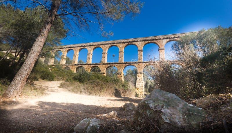 Aqueduto romano na cidade de Taragona no verão foto de stock