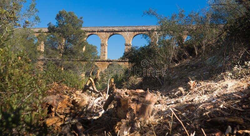 Aqueduto romano na cidade de Taragona no verão imagem de stock