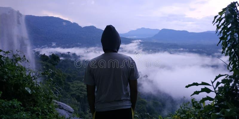 Aqui eu estou, no meio do pico, ao lado da cachoeira, e acima da selva fotografia de stock royalty free