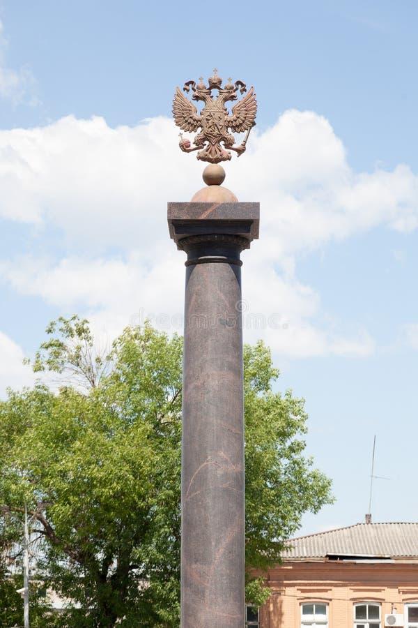 Aquila a due punte su una colonna di pietra fotografia stock libera da diritti