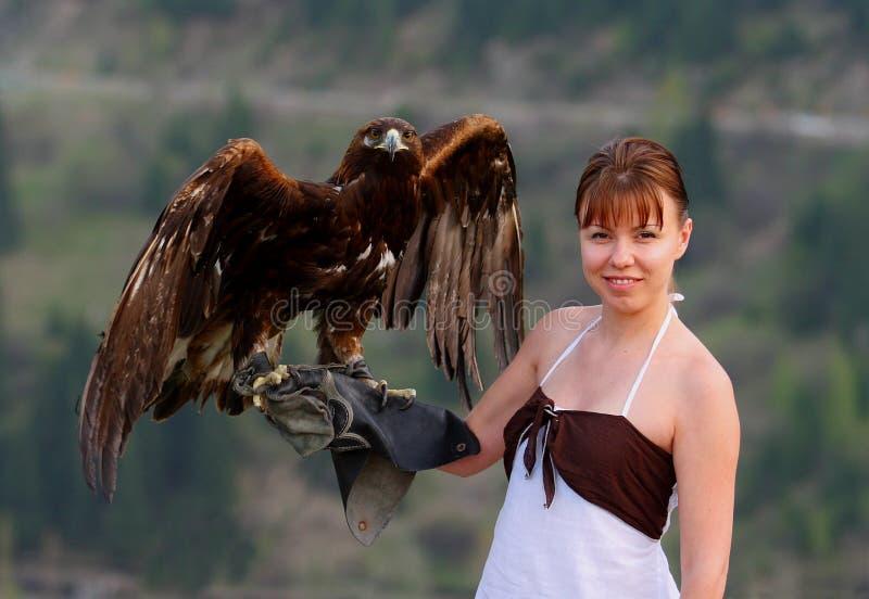 Aquila su una mano immagini stock