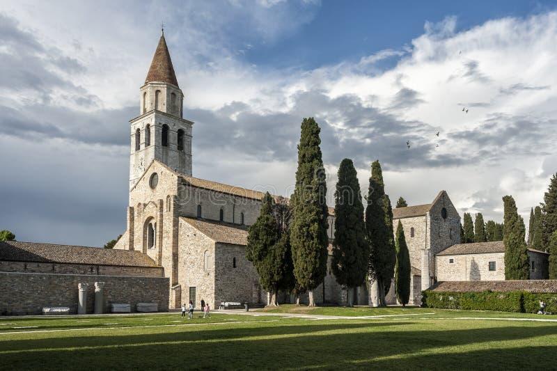 AQUILEIA ITALIEN, APRIL 26, 2014: Oidentifierad turist som besöker den patriark- basilikan av Aquileia arkivbilder