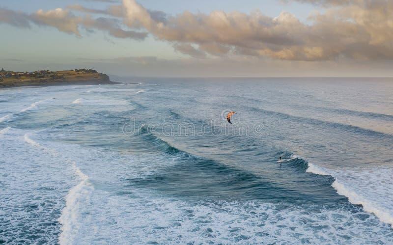 Aquilone che pratica il surfing 01 fotografie stock