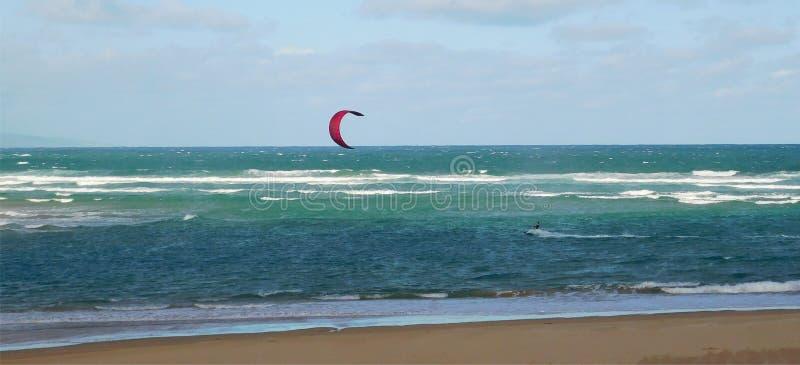 Aquilone che pratica il surfing fuori dalla riva fotografia stock libera da diritti