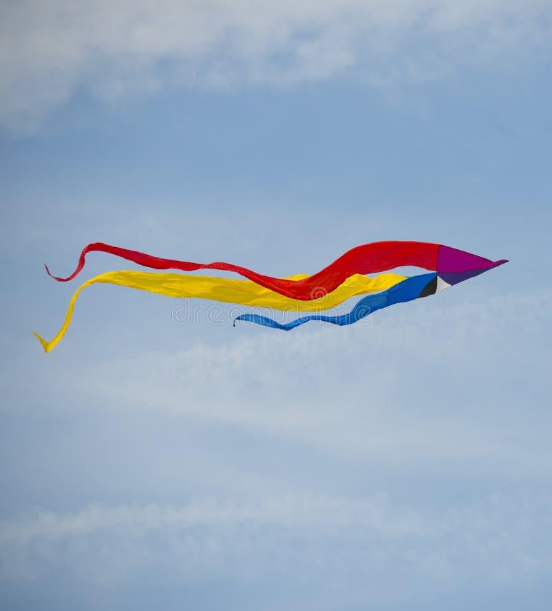 Aquilone nel cielo con altri aquiloni fotografie stock libere da diritti