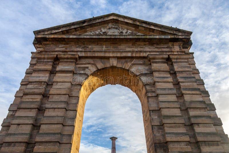 ` Aquitaine Aquitaine Gate di Porte d con il suo arco simbolico e colonna sulla La Victoire Square del de del posto in Bordeaux,  fotografia stock