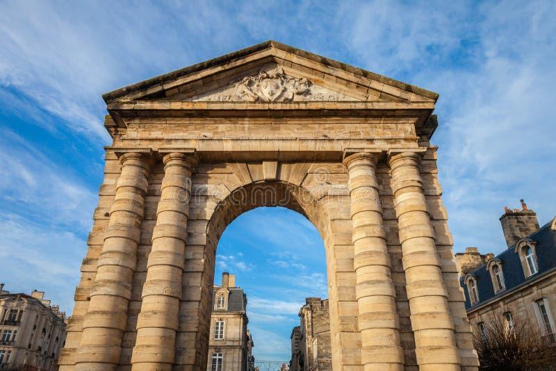 ` Aquitaine Aquitaine Gate di Porte d con il suo arco simbolico sulla La Victoire Square del de del posto in Bordeaux, Francia immagini stock libere da diritti