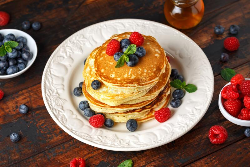 Arándano americano hecho en casa, crepes de las frambuesas Estilo rústico del desayuno sano de la mañana imagen de archivo libre de regalías