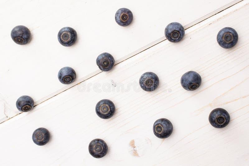 Arándano dulce fresco en la madera gris fotos de archivo