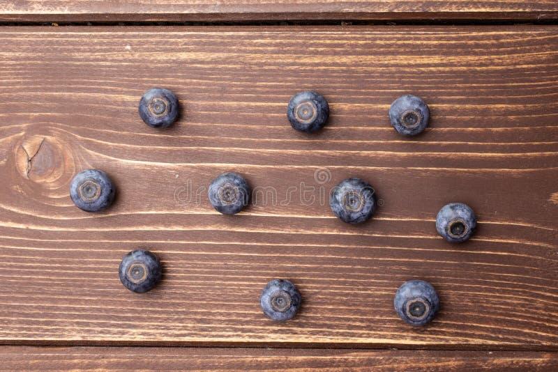 Arándano dulce fresco en la madera marrón imágenes de archivo libres de regalías