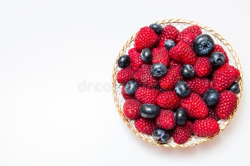 arándano y rasberry frescos en el fondo blanco fotos de archivo