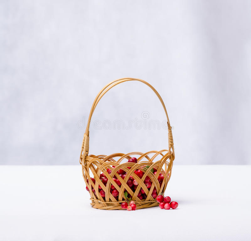 Arándanos en una cesta de mimbre en un fondo blanco foto de archivo libre de regalías