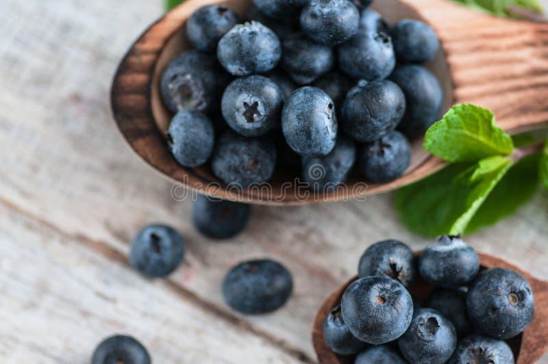Arándanos y diversas frutas del bosque, frambuesas, fresas Hay diversos tipos de madera en la tabla imagen de archivo libre de regalías