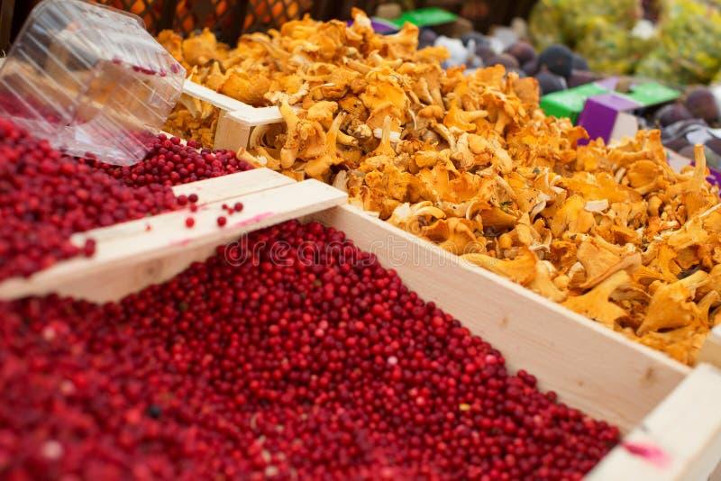Arándanos y mízcalos en mercado imagen de archivo libre de regalías