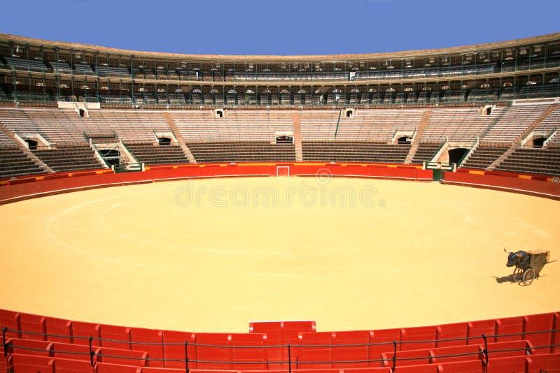 Arène vide en Espagne avec des couleurs de contraste d'anneau rouge et de ciel bleu photos libres de droits