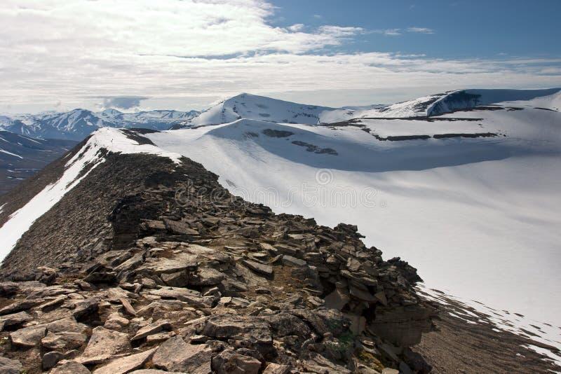 Arête de montagne dans l'archipel de Svalbard photographie stock
