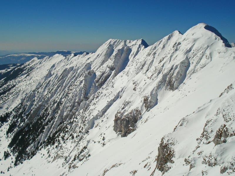 Arête de montagne en hiver sur Piatra Craiului image libre de droits