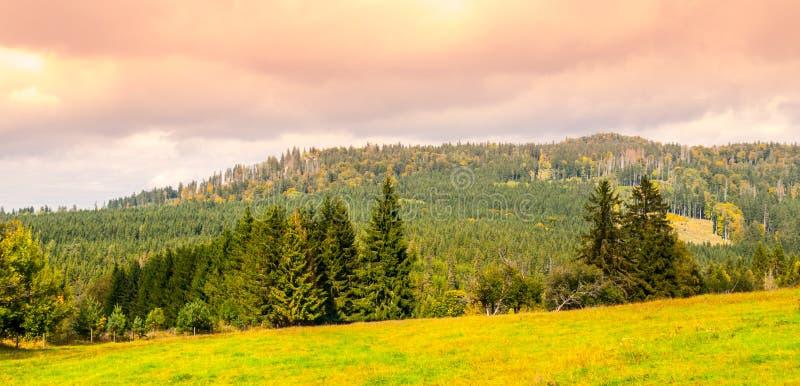 Arête de montagne de Stozec avec la roche de Stozec sur le dessus Paysage de forêt des montagnes de Sumava, République Tchèque image stock