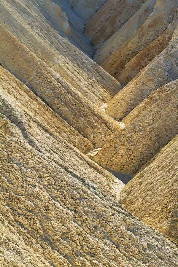 Arêtes fortement érodées en canyon d'or, parc national de Death Valley images libres de droits