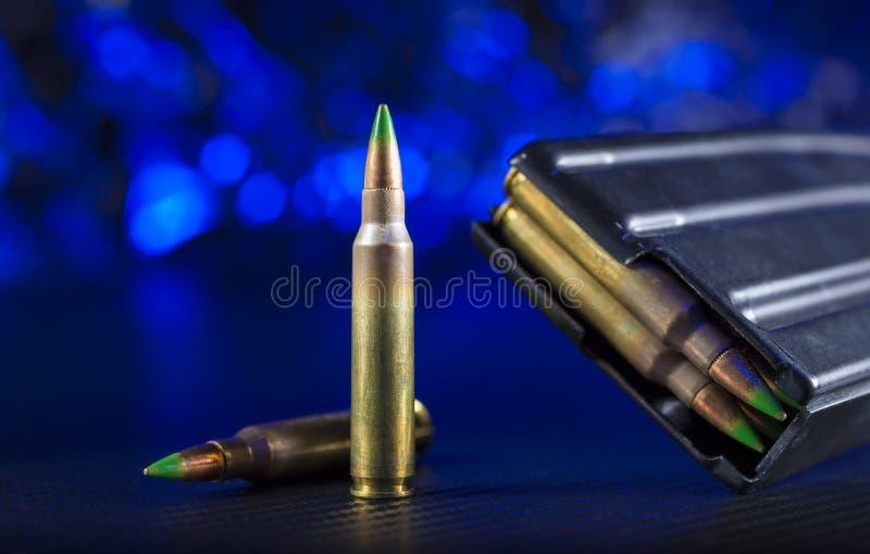 AR-15弹药和杂志有蓝色背景 图库摄影