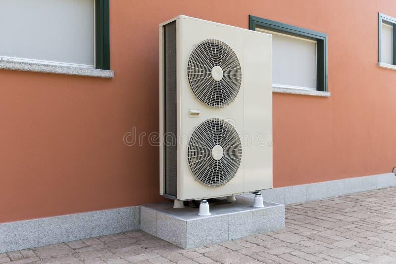 Ar da bomba de calor - molhe aquecendo uma casa residencial foto de stock