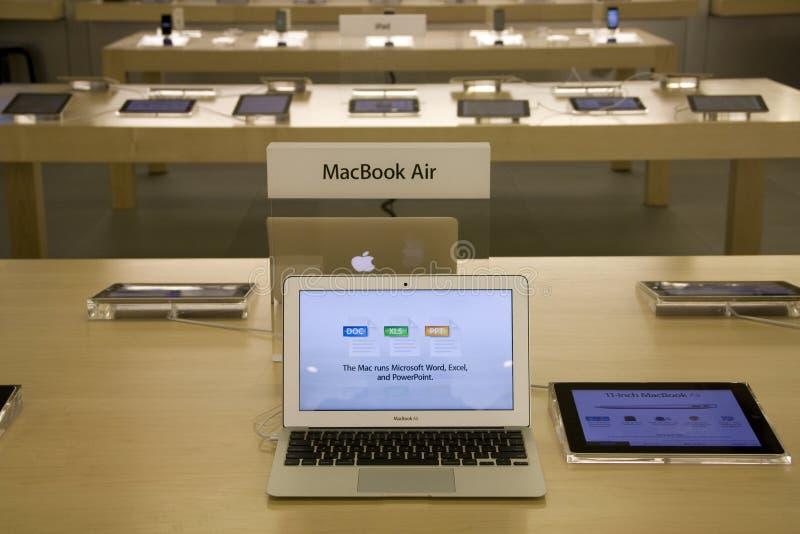 Ar de MacBook em Apple Store fotografia de stock royalty free