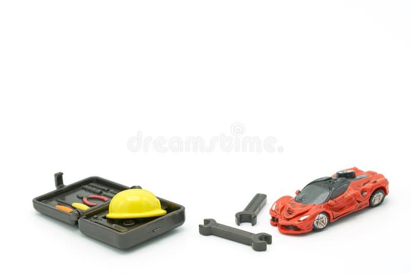 A AR deixa de funcionar modelos e os modelos do equipamento lá são modelos amarelos do capacete da construção Carro e reparo como imagem de stock royalty free