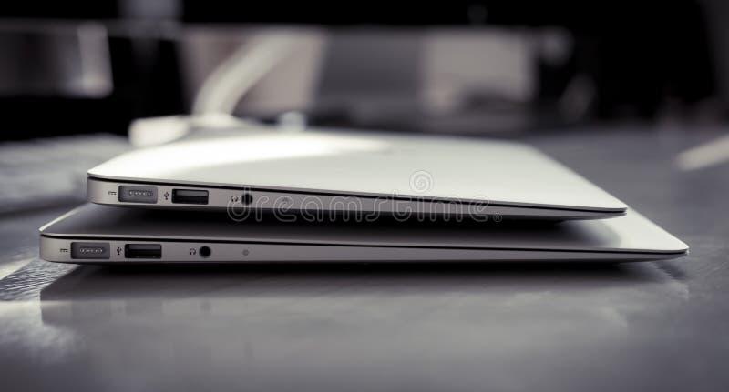 Ar dois Macbook imagens de stock
