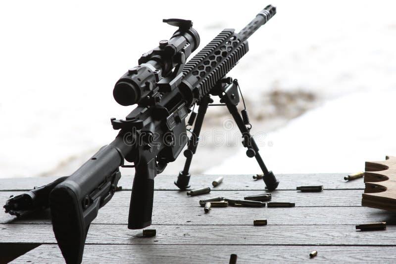 AR-15 geweer met bipod en werkingsgebied royalty-vrije stock afbeelding