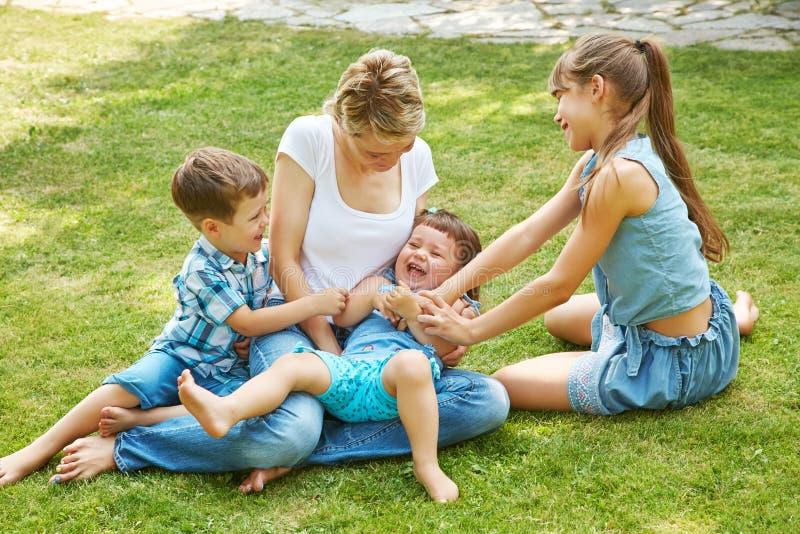 Ar livre brincalhão da família mamã com as crianças no verão Mãe e crianças fotos de stock royalty free
