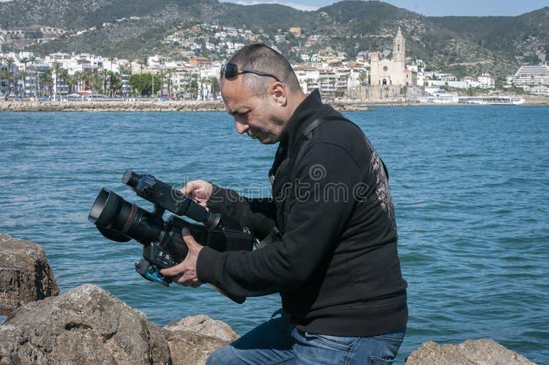 Ar livre da gravação do operador cinematográfico ao gravar um grampo de vídeo clip fotografia de stock royalty free