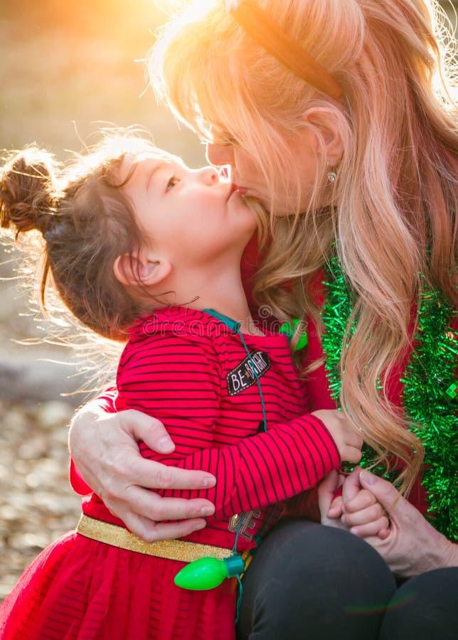 Ar livre de beijo do bebê da avó e da raça misturada imagem de stock
