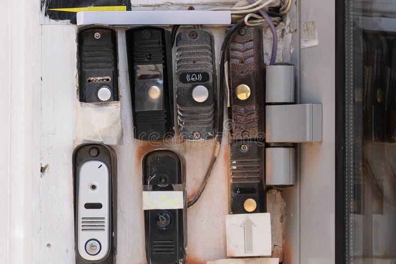 Ar livre de Ring Intercom na parede emplastrada branca com chamada e câmera Fim acima foto de stock