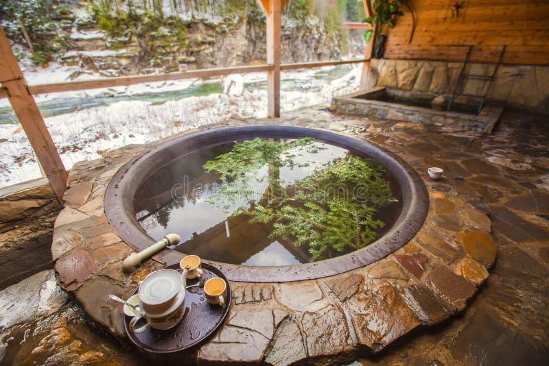 Ar livre do banho de ar livre no inverno Cuba do ferro para banhar-se na água quente imagens de stock royalty free
