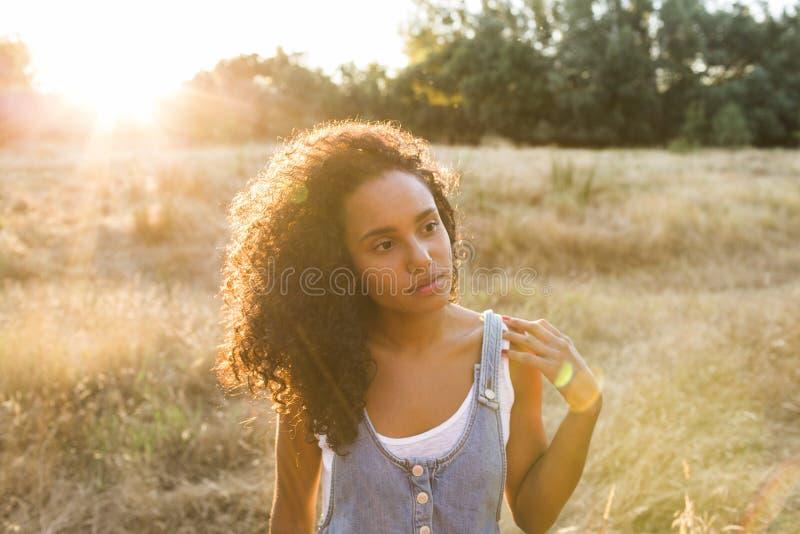 Ar livre do retrato de uma mulher afro-americana nova Backgro amarelo imagem de stock royalty free