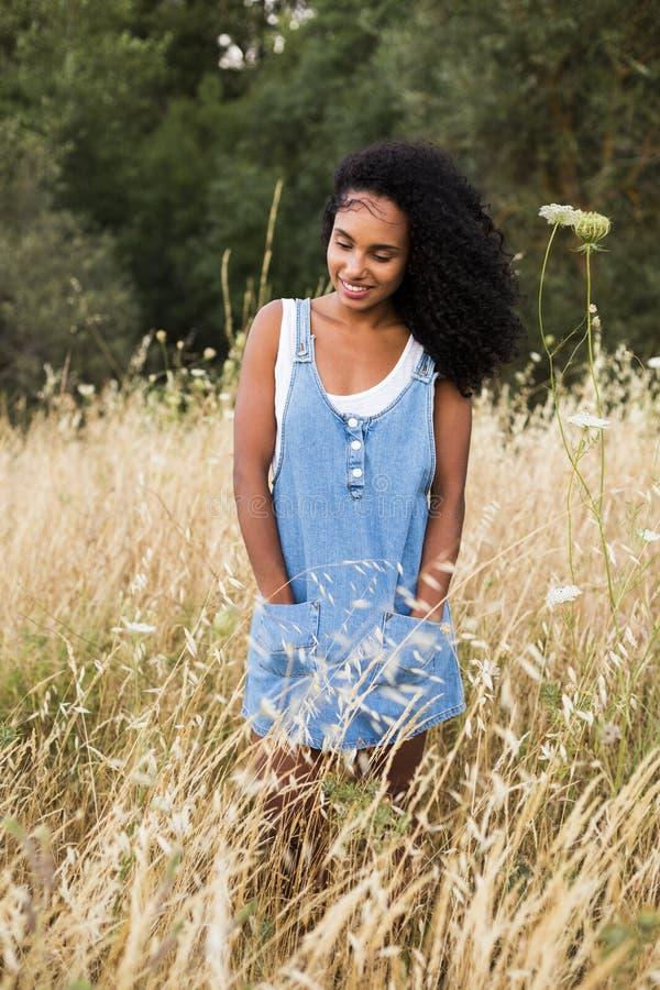 Ar livre do retrato de uma mulher afro-americana nova Backgro amarelo fotos de stock