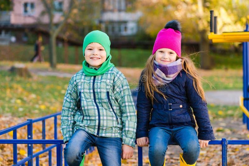 Ar livre do sorriso da escola primária das crianças no outono fotos de stock royalty free