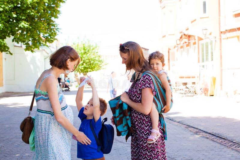 Ar livre do tempo da despesa das mães, dia de verão morno imagens de stock