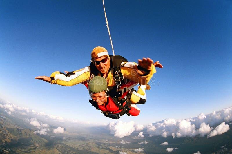 Ar meados de de sorriso dos skydivers foto de stock royalty free