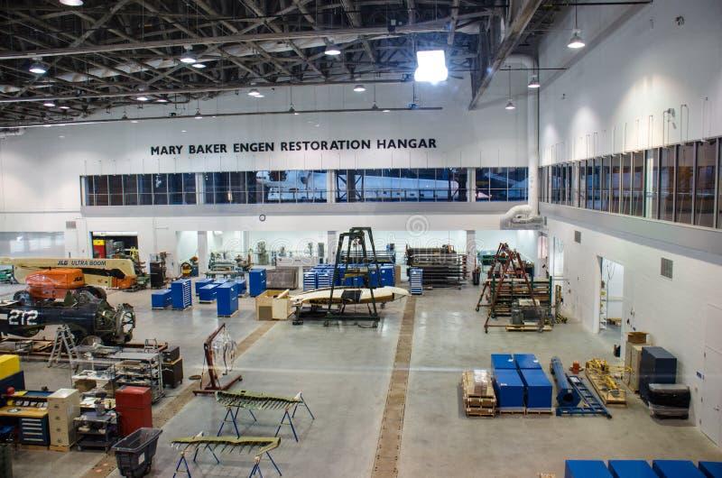 Ar nacional e museu de espaço - centro Udvar-obscuro - Mary Baker Engen Restoration Hangar imagem de stock