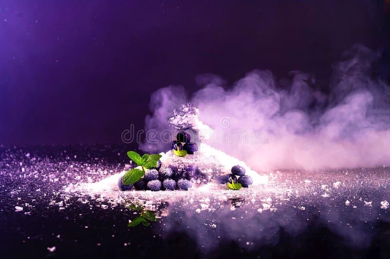 Ar?ndanos en el fondo de la nieve y del humo Color de moda p?rpura imagen de archivo