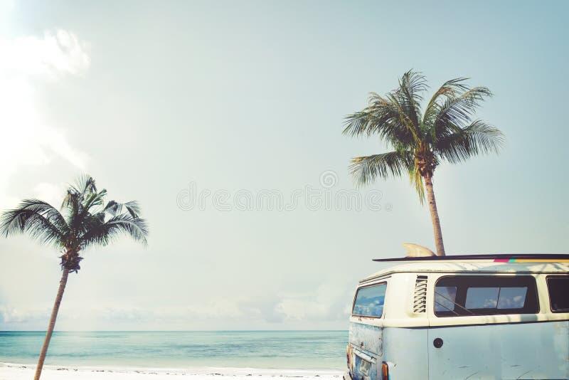 AR parqueada en la playa tropical fotos de archivo