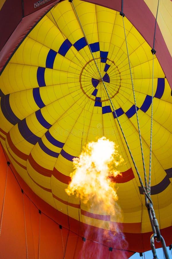 Ar quente que ballooning sobre o sedona o Arizona que mostra o queimador de propano imagens de stock royalty free